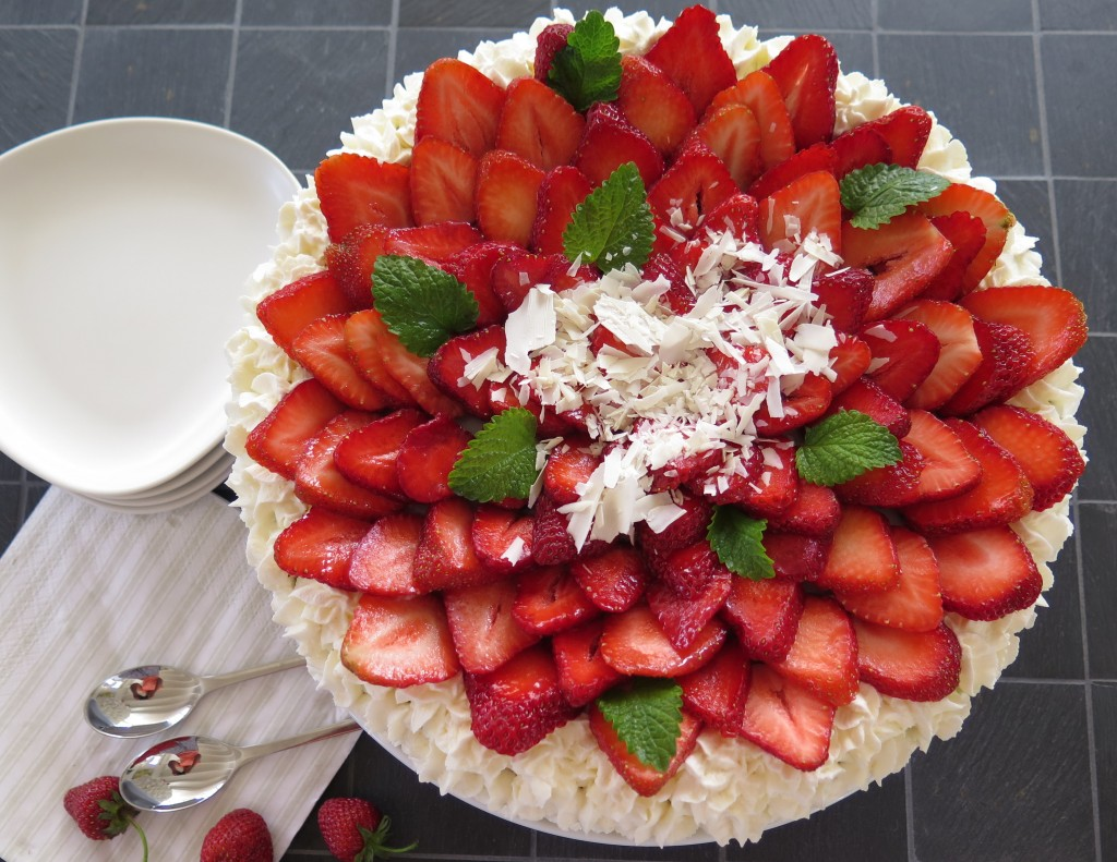 Fødselsdagslagkage med rabarber og jordbær