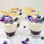 Pannacotta med blåbærsylt, hvid chokolademousse og blåbærmousse