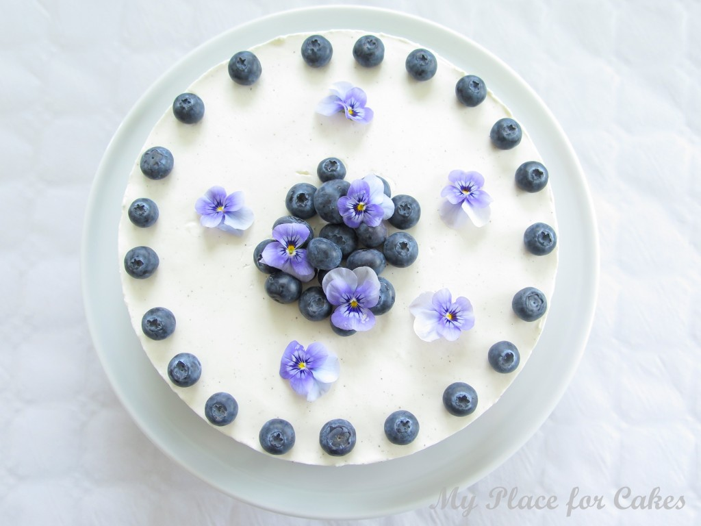 Bastognekage med skyr og blåbær