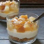 Små cheesecakes i glas med æble og karamel