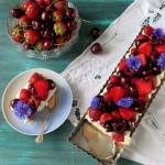 Cheesecake-tærte med jordbær og kirsebær