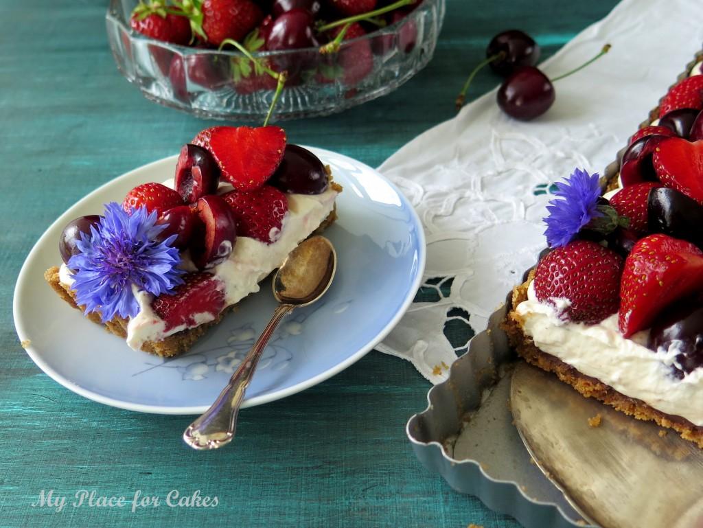 cheesecaketærte med jordbær og kirsebær